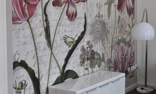 Eine Blumentapete vor der ein Schrank hängt